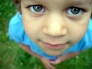 Image of young child looking up-Understanding blog readers